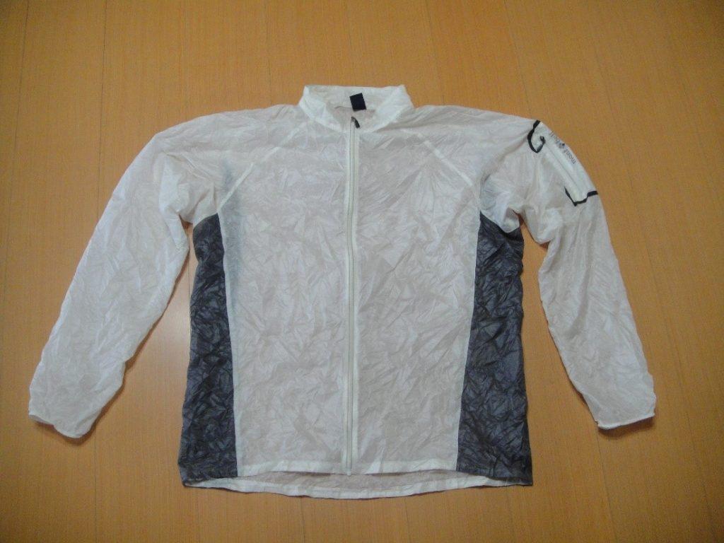 モンベルのEXライトウインドジャケットを広げた様子