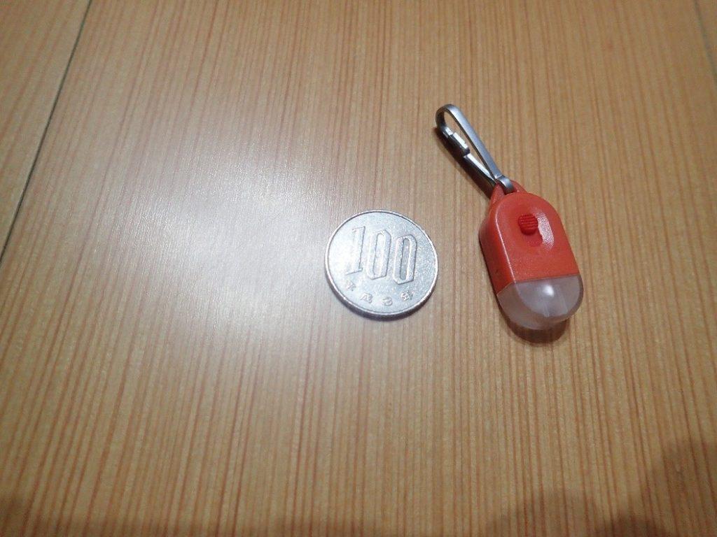 アビタックスのタグライトの大きさを100円玉と比較