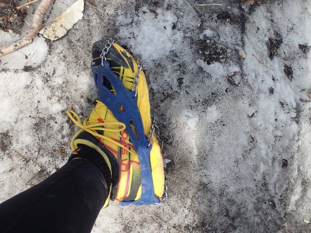 モンベルのチェーンスパイクを白馬大雪渓で履いた様子