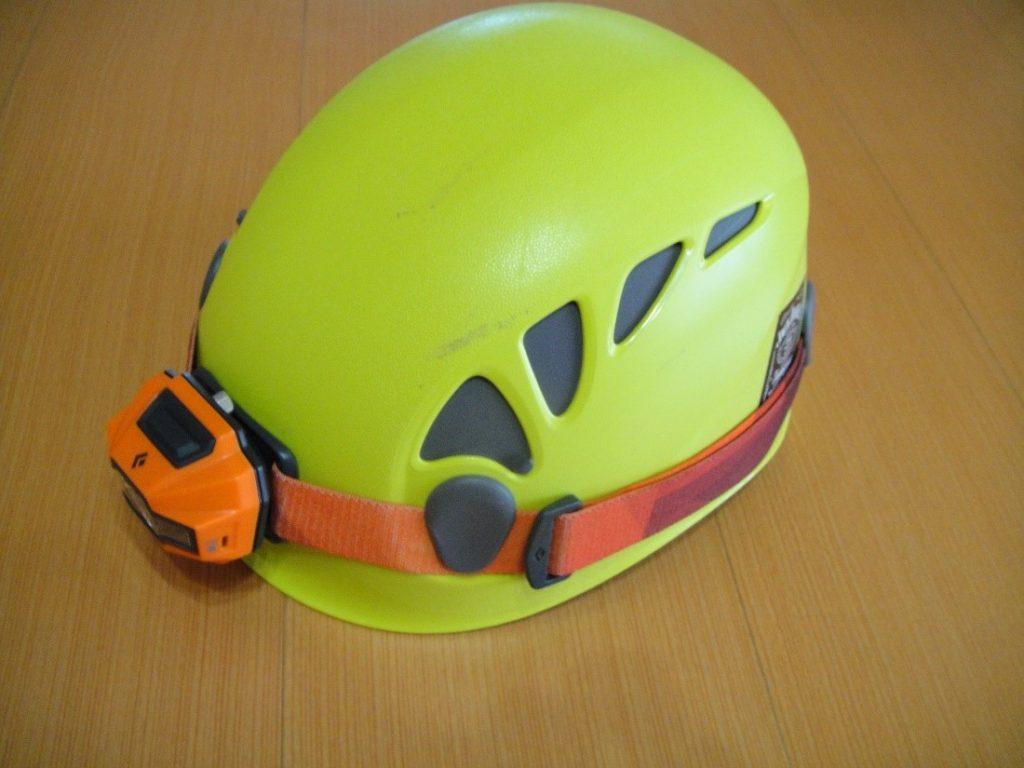 ペツルの登山用ヘルメットのエリオスにヘッドライトを装着