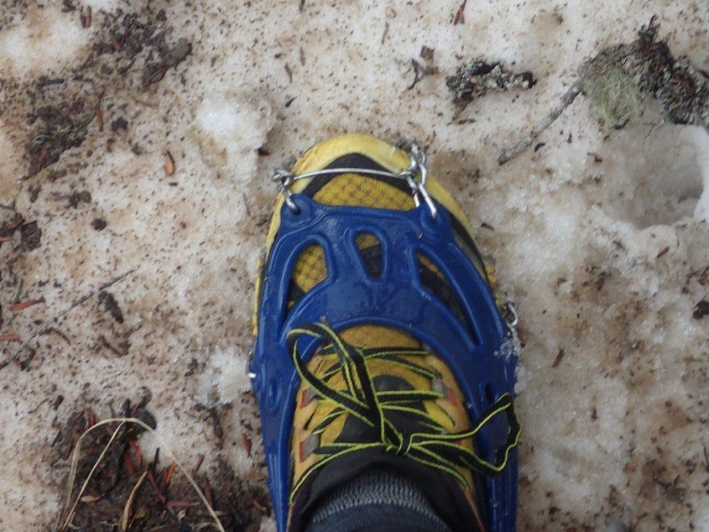 蝶ヶ岳登山道でモンベルのチェーンスパイクを履いた様子