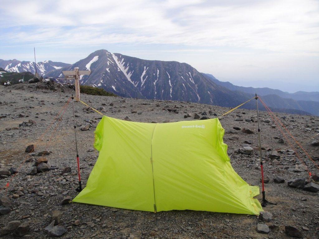 蝶ヶ岳ヒュッテのテント場にモンベルのライトツェルトを設営