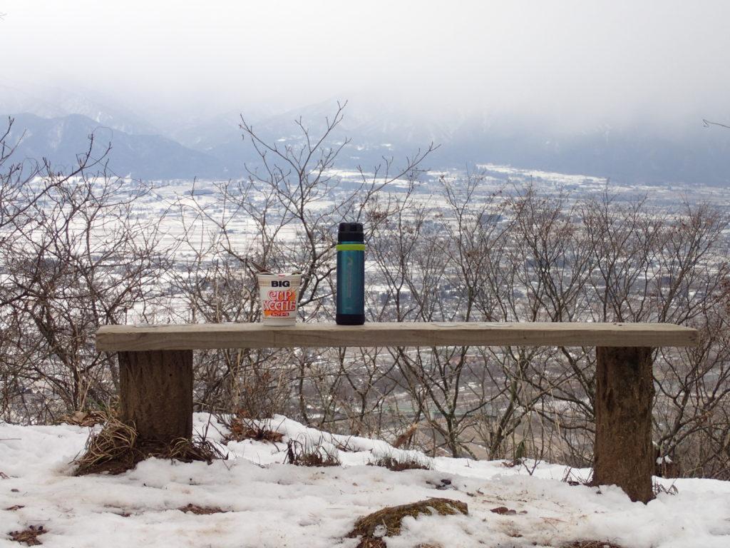 カップヌードルと山専ボトルを並べて撮影