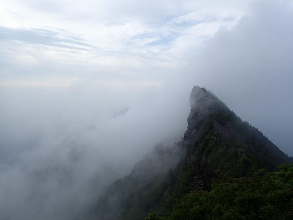 霧に包まれつつある石鎚山の天狗岳