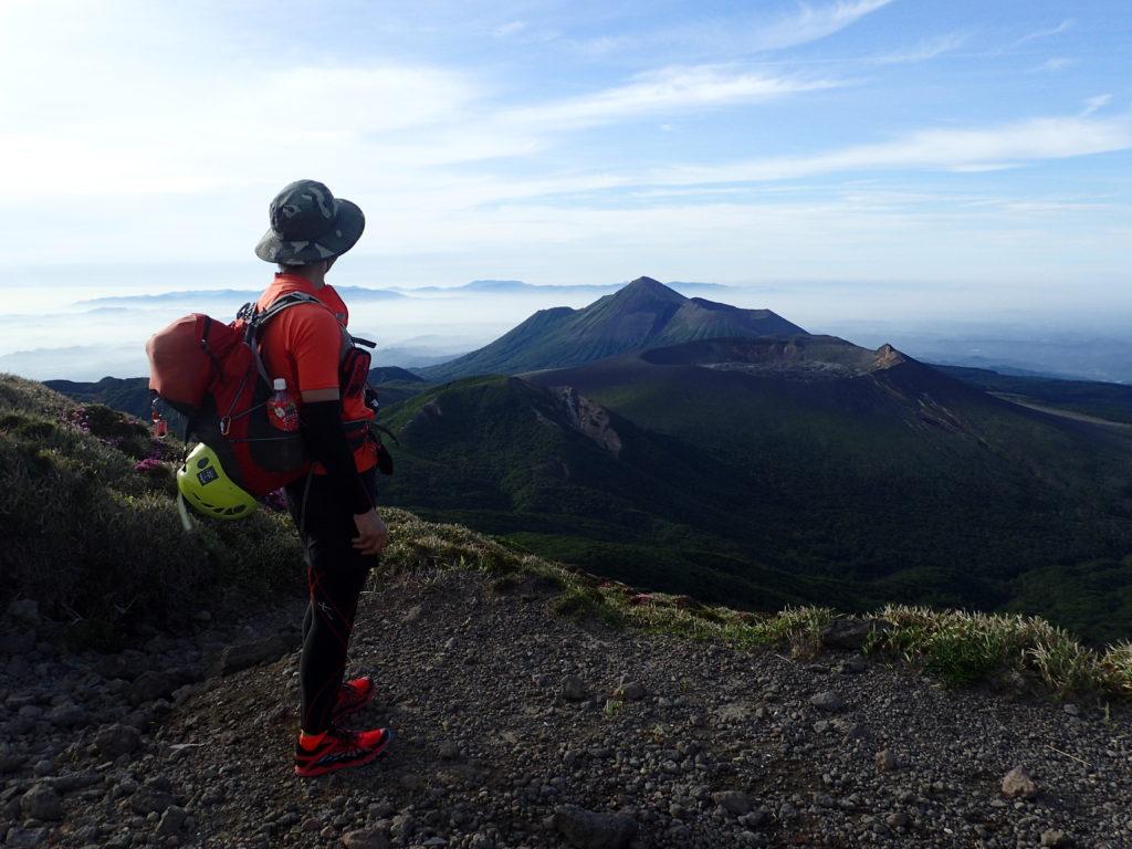 韓国岳山頂で高千穂峰を向いて記念撮影