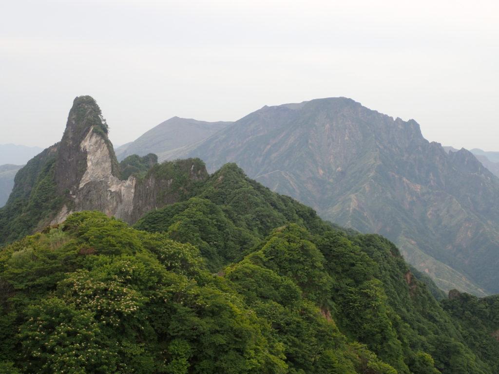 根子岳山頂から天狗峰と阿蘇山