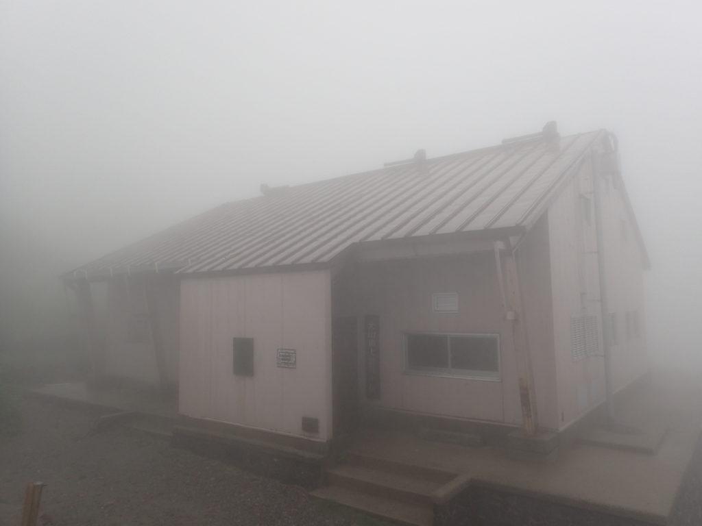 大山山頂の避難小屋