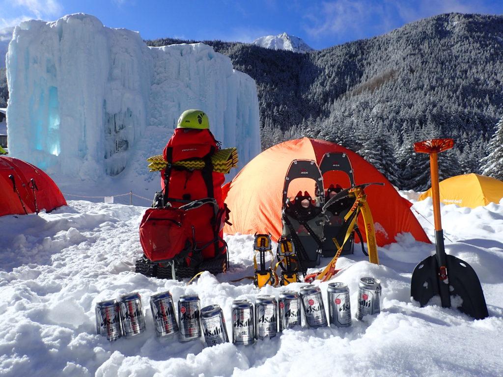 赤岳鉱泉で雪上テント泊をした時の様子。バックにはアイスキャンディー。
