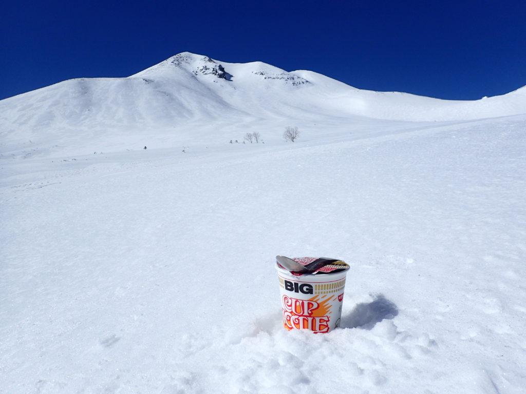 冬の乗鞍の雪原でカップヌードル