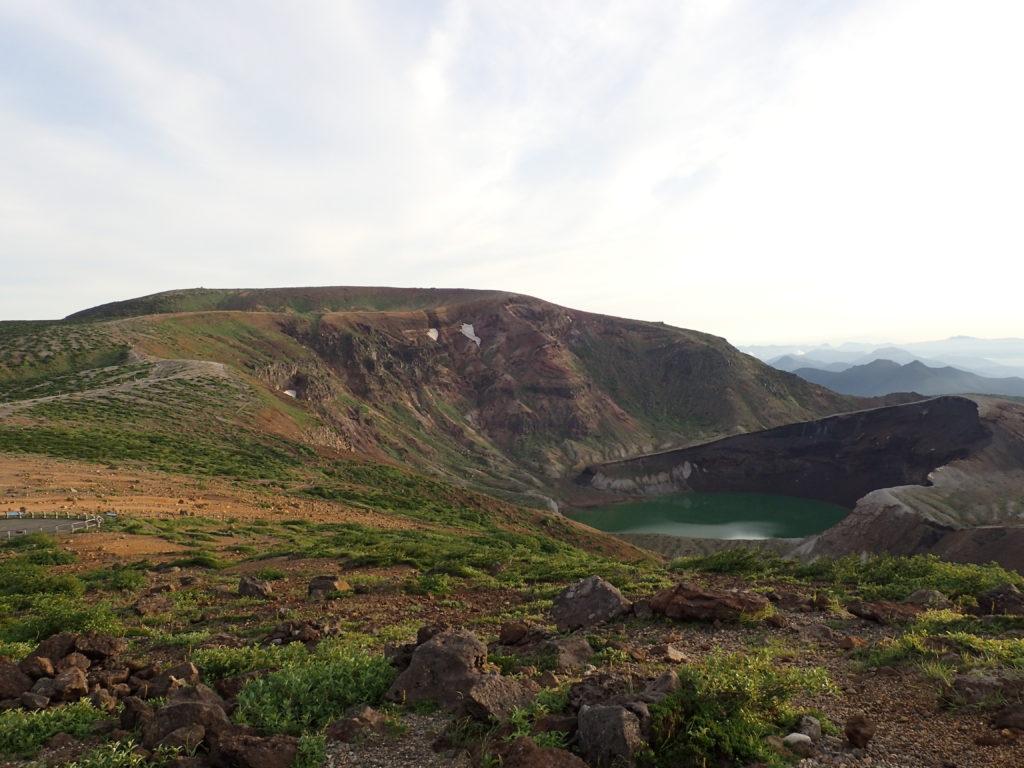 蔵王山の御釜と山頂方面