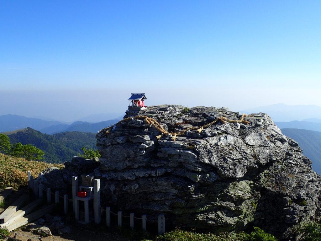 剣山の頂上ヒュッテ横の祠
