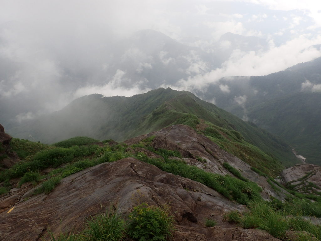 谷川岳山頂方向から振り返った西黒尾根