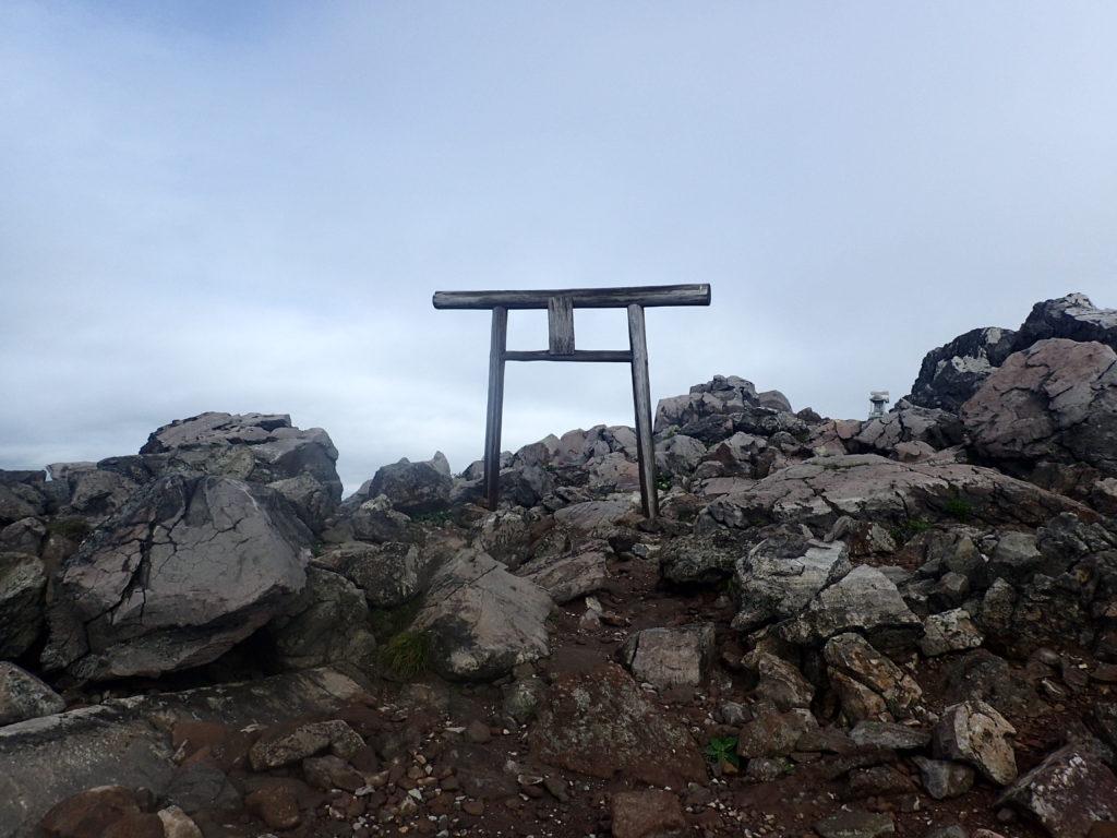 那須岳の茶臼岳山頂の鳥居