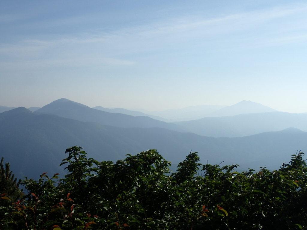 武尊屋山山頂から見る至仏山と燧ヶ岳