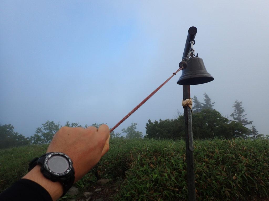 根子岳山頂の鐘