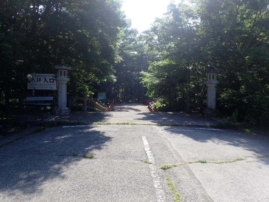 駐車場から登山口の二荒山神社に続く道