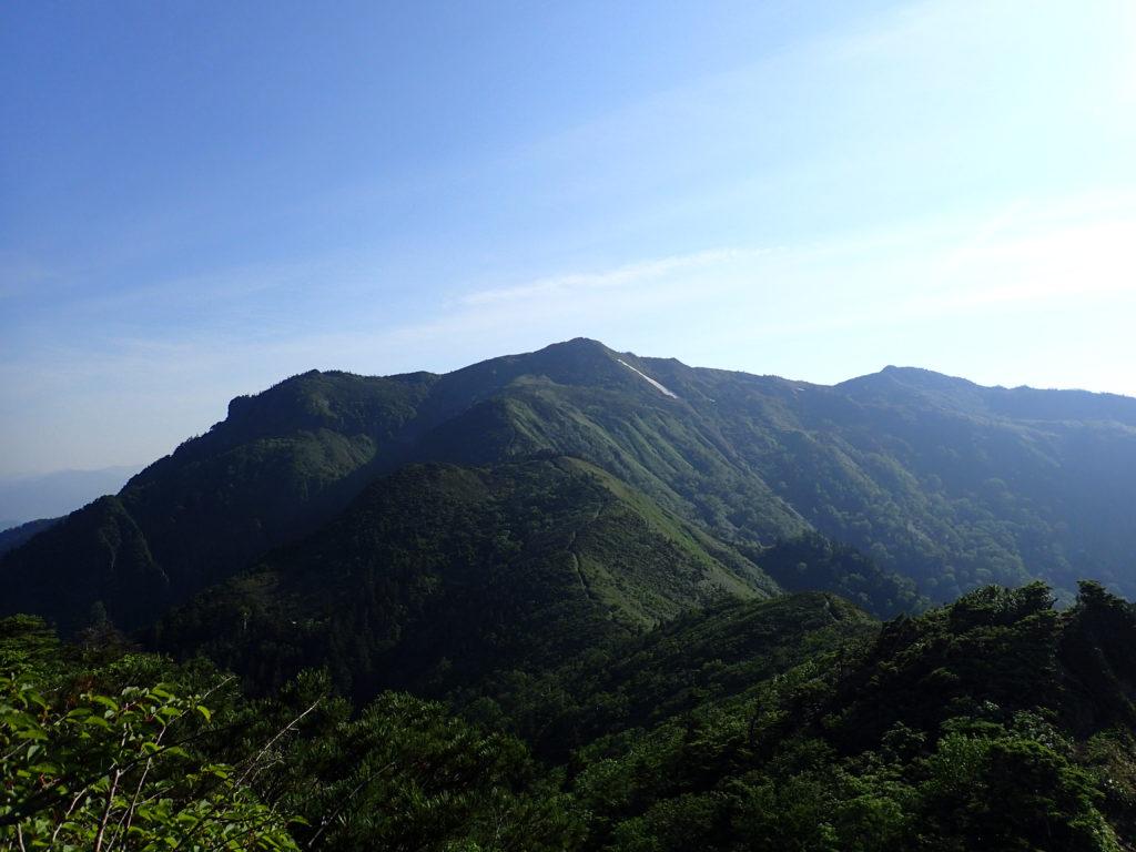 武尊山から剣ヶ峰山へ向かう途中に振り返る武尊山