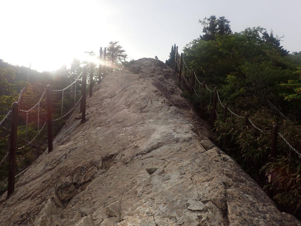 大台ヶ原山の大蛇嵓の先端から後ろを振り返る