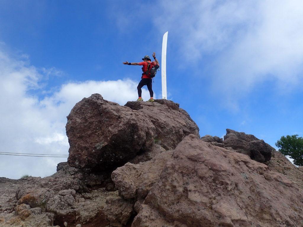 男体山山頂の二荒山大神御神剣の隣で記念撮影