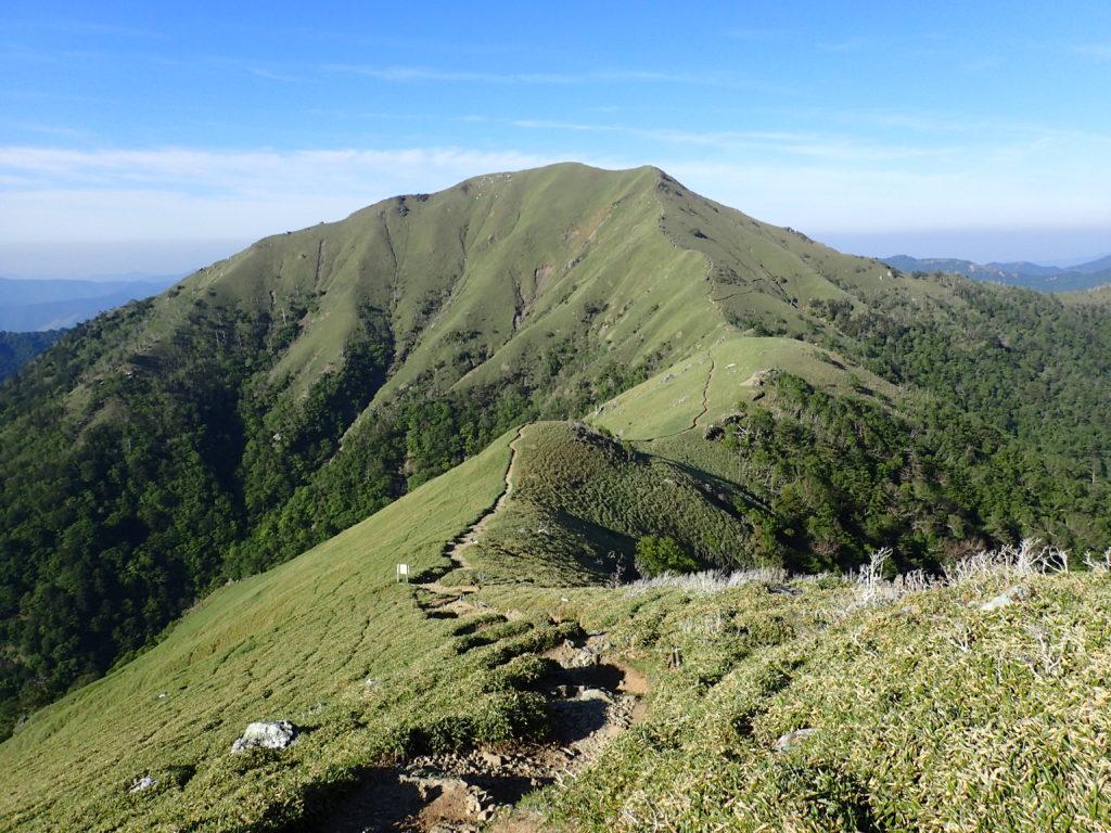 剣山からのジロウギョウの山容