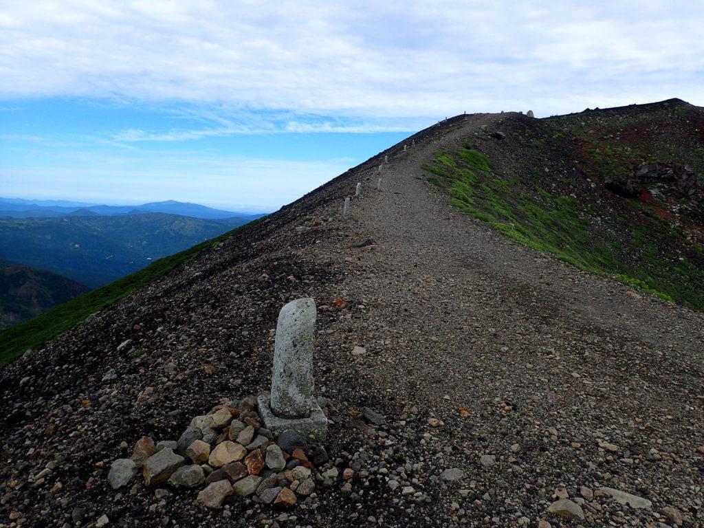 岩手山山頂へと続く登山道と石仏