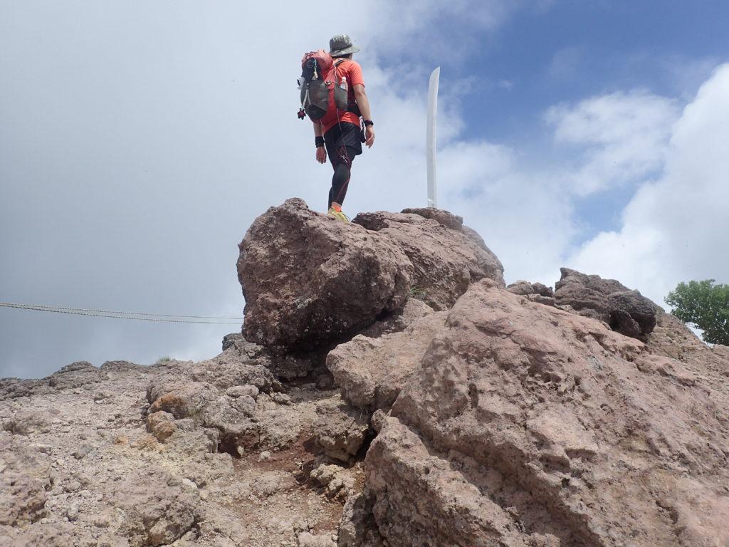 男体山山頂の二荒山大神御神剣の前で記念撮影