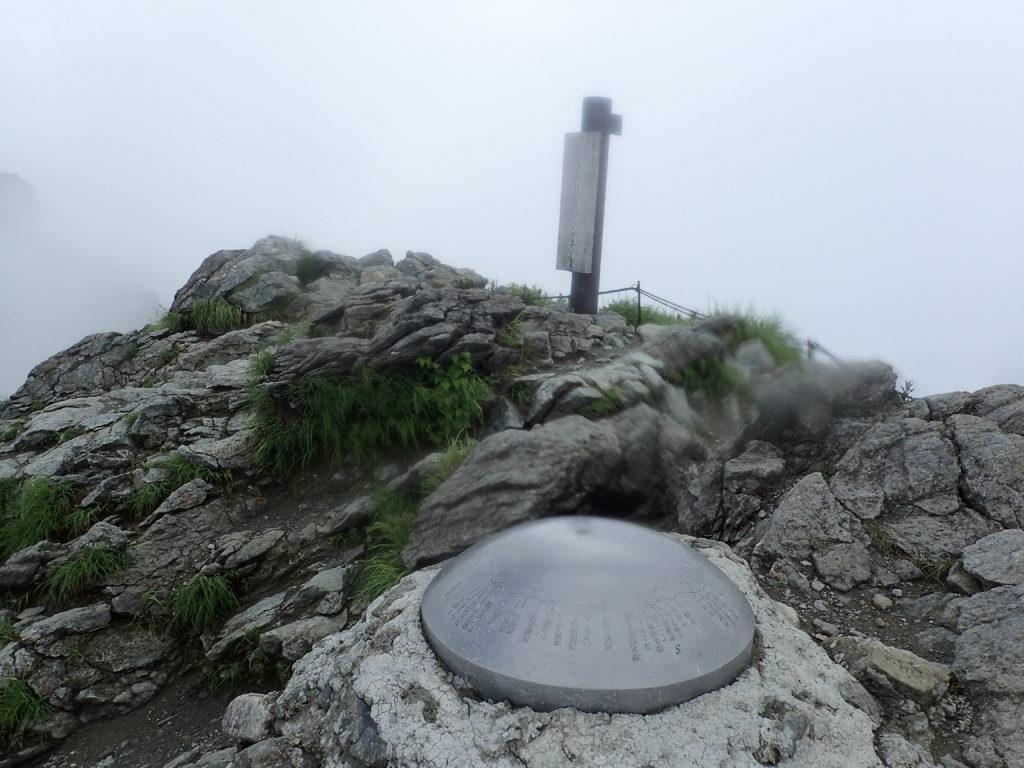 谷川岳山頂(トマの耳)の方位盤と山頂標