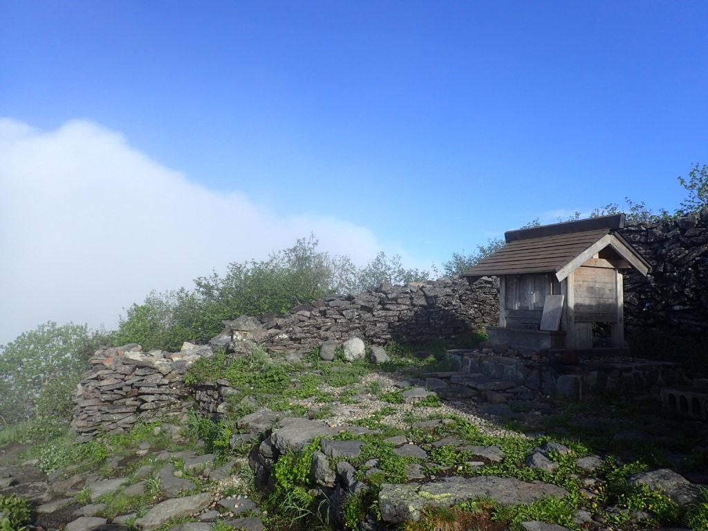 四阿山の山頂手前の山家神社