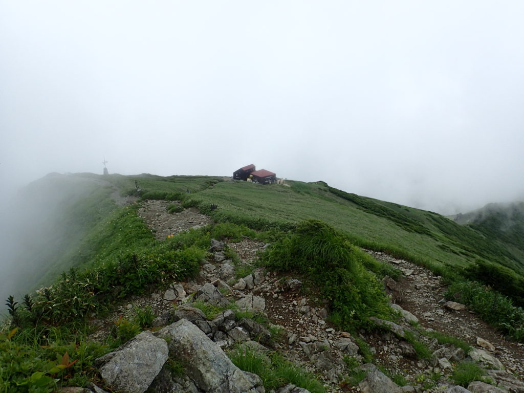 谷川岳山頂(トマの耳)から見おろす肩ノ小屋