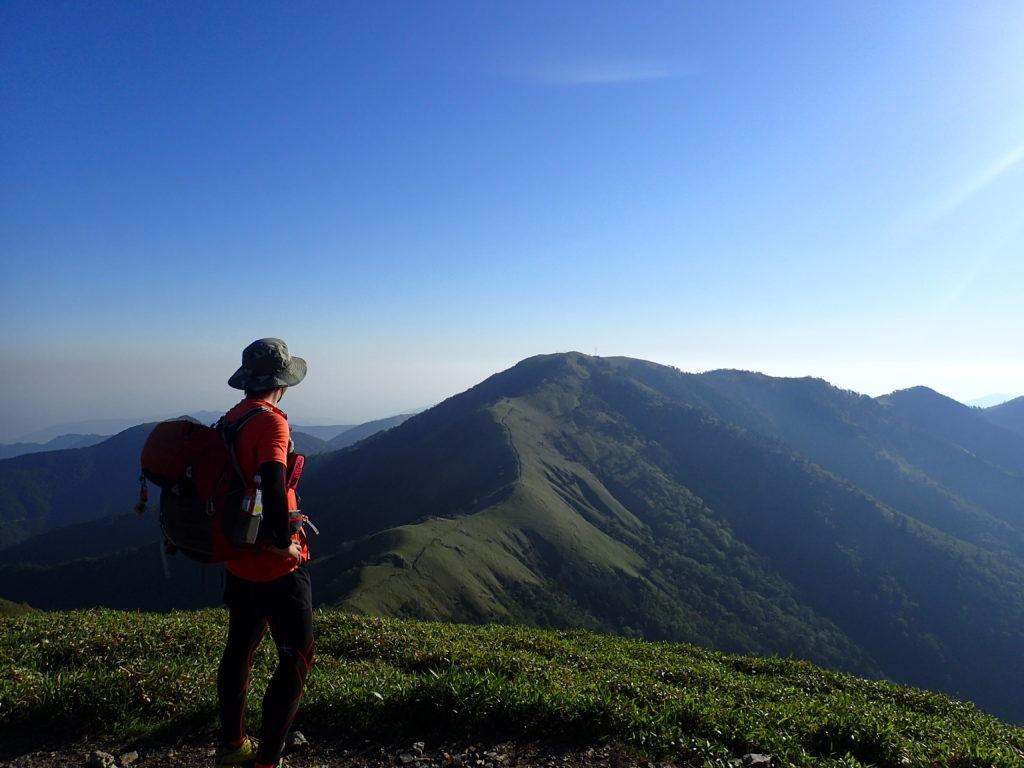 ジロウギョウ山頂から剣山をバックに記念撮影