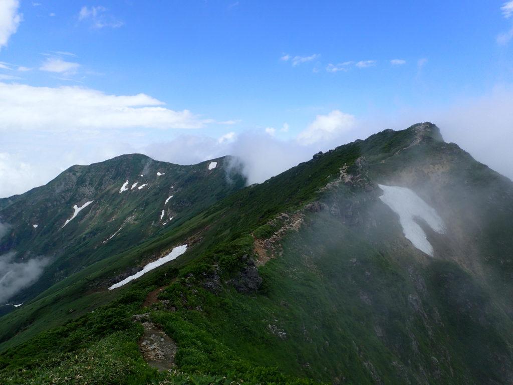 谷川岳のトマの耳から眺めるオキの耳方向の稜線