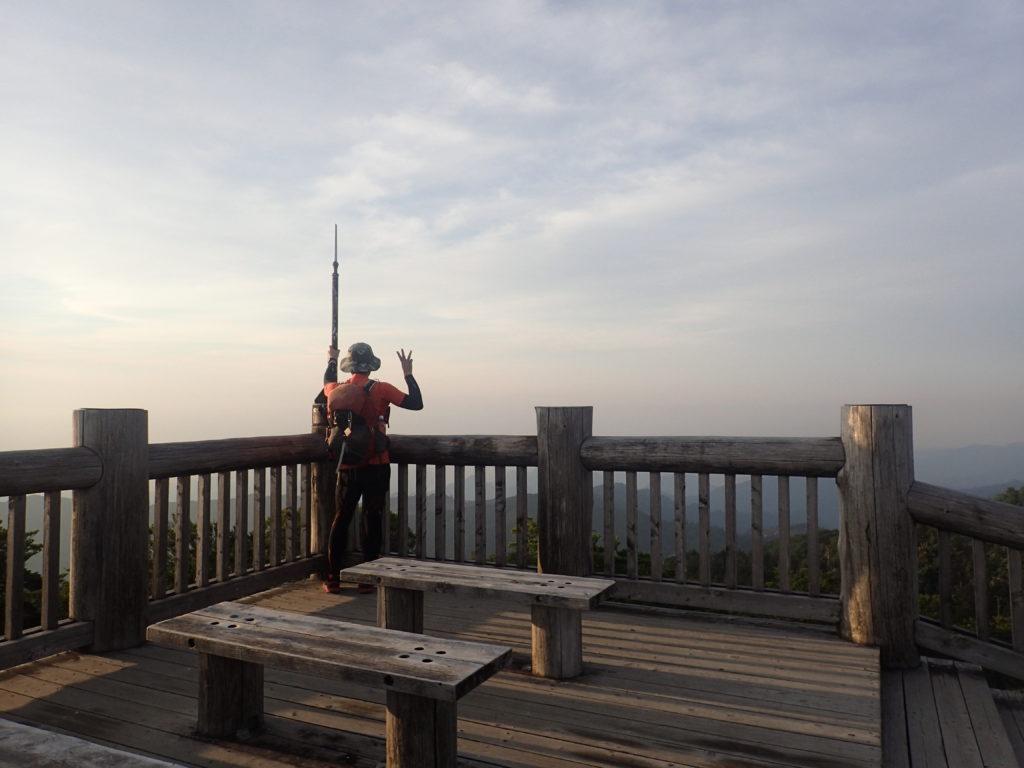 大台ヶ原山の日出ヶ岳の展望台で記念撮影