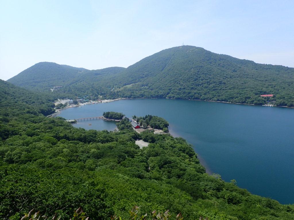 赤城山の登山道から眺める大沼
