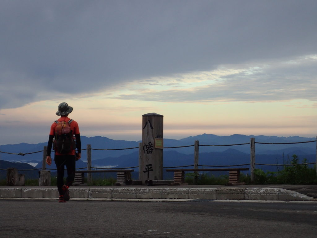 見返峠の八幡平の道標で記念撮影