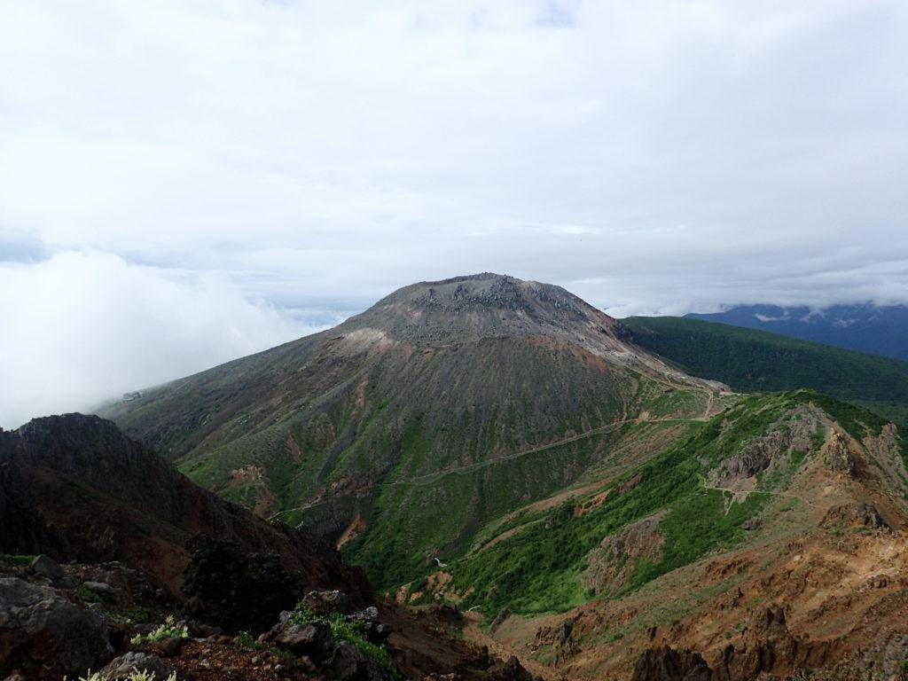 那須岳の朝日岳山頂からみる茶臼山
