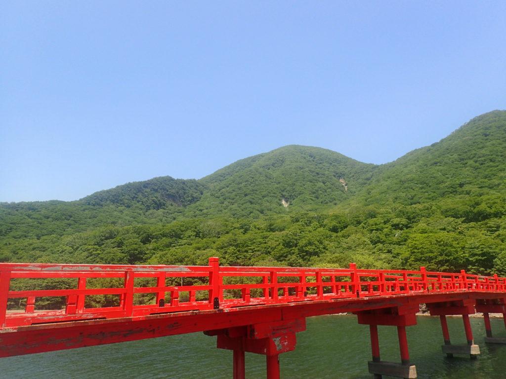 赤城山(黒檜山)と赤城神社のきつつき橋