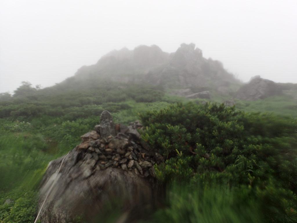 早池峰山の山頂直下の石碑