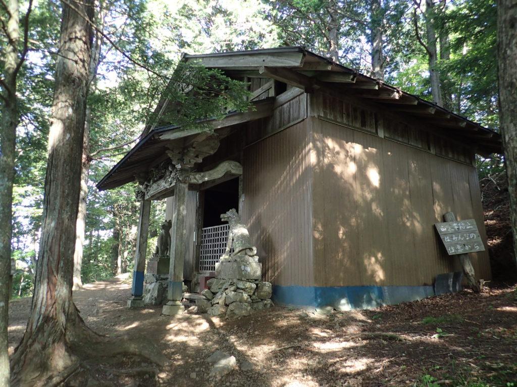 両神山日向大谷口ルート登山道の御岳神社