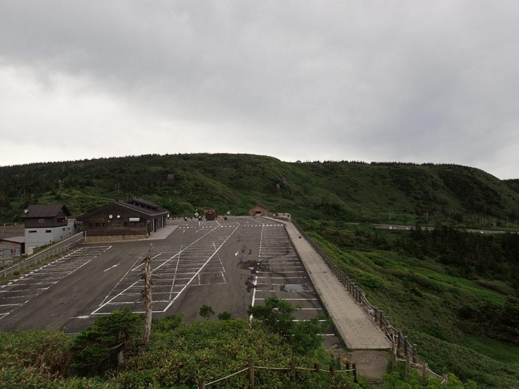 見返峠駐車場の展望台から見る八幡平山頂方面