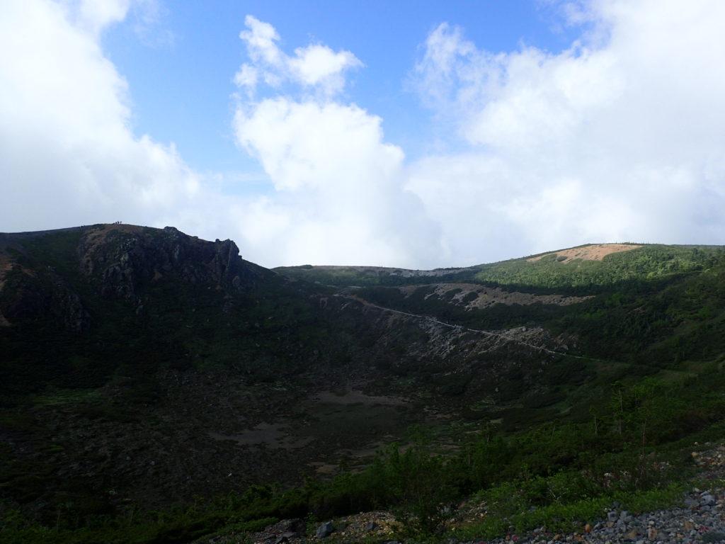 本白根山遊歩道最高地点と本白根山展望所を遠方から撮影