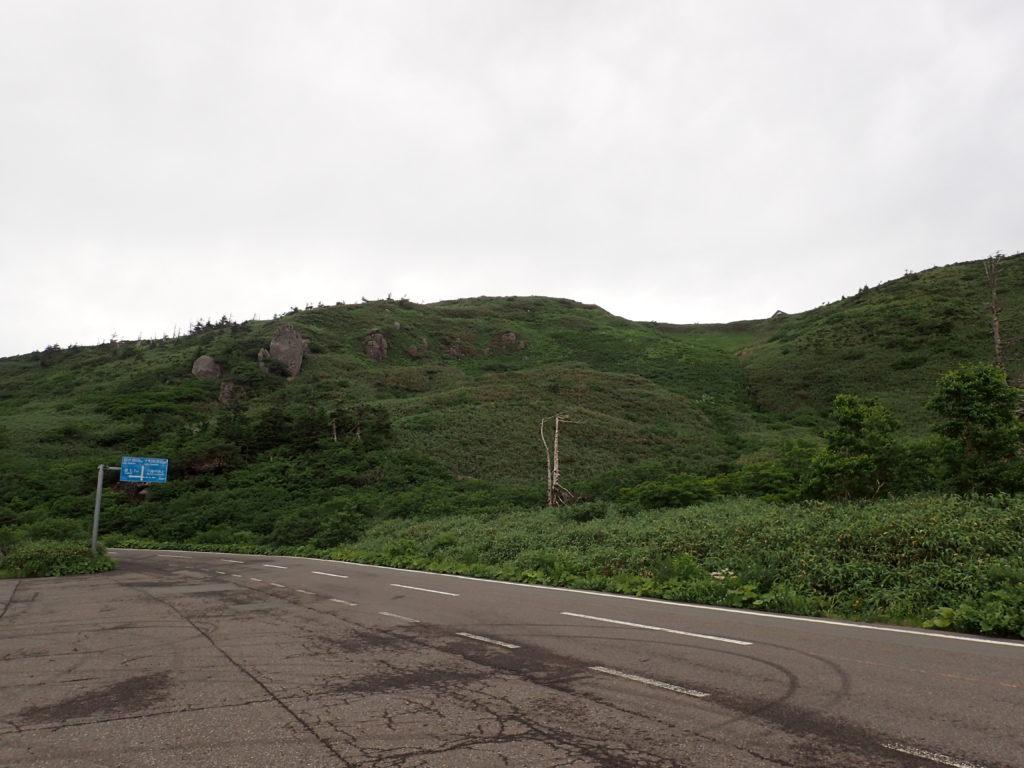 見返峠駐車場から見る八幡平山頂方面
