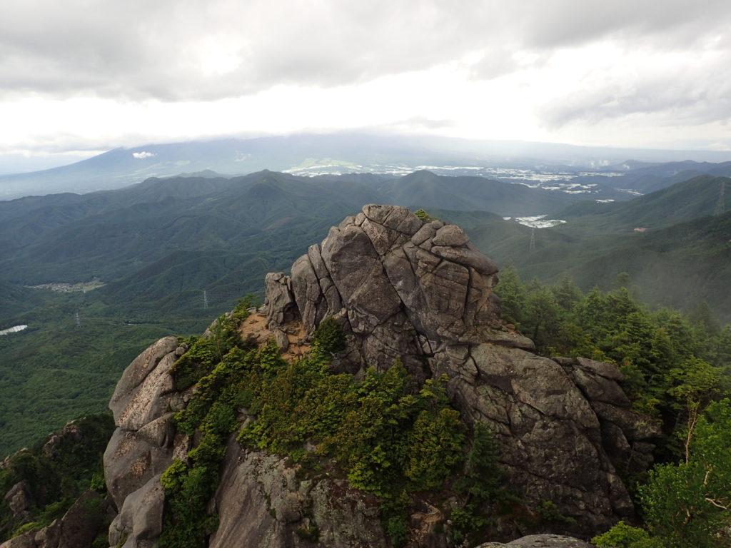 瑞牆山山頂から眺める黒森コース方面