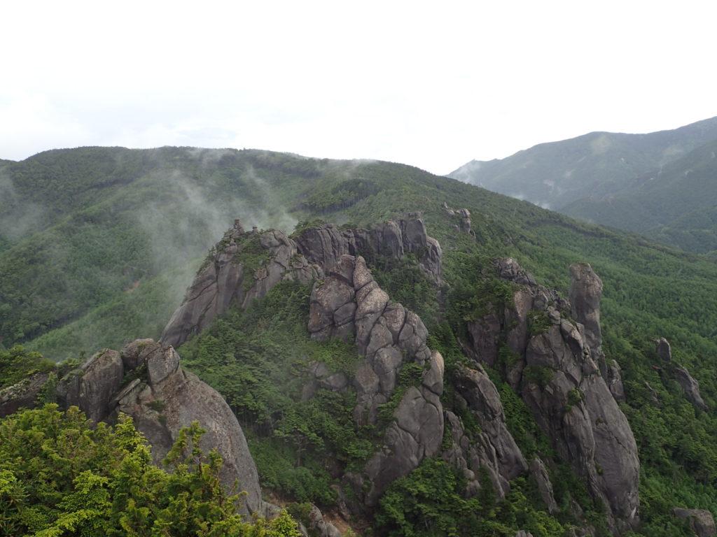 瑞牆山山頂から見る岩塊