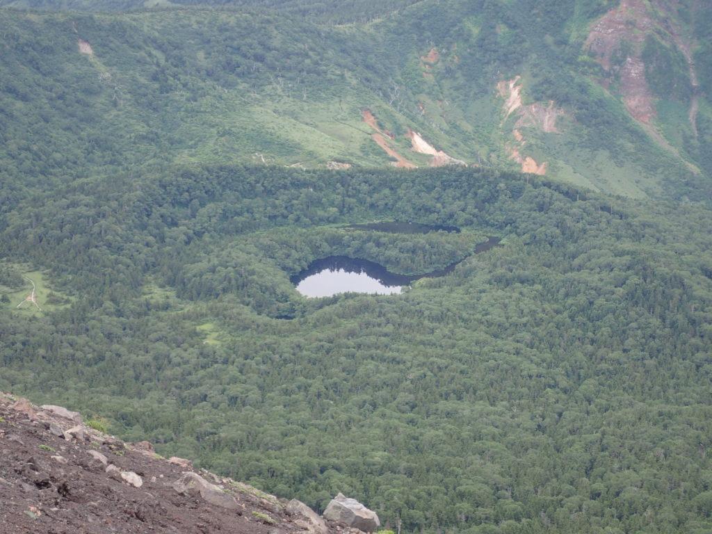 岩手山山頂から見おろす御釜湖