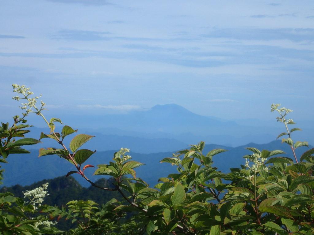両神山山頂から見る浅間山