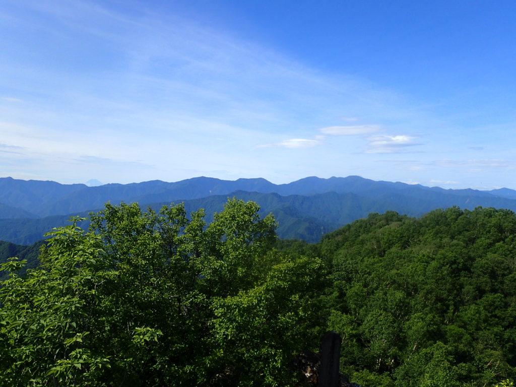 両神山山頂から見る奥秩父方面