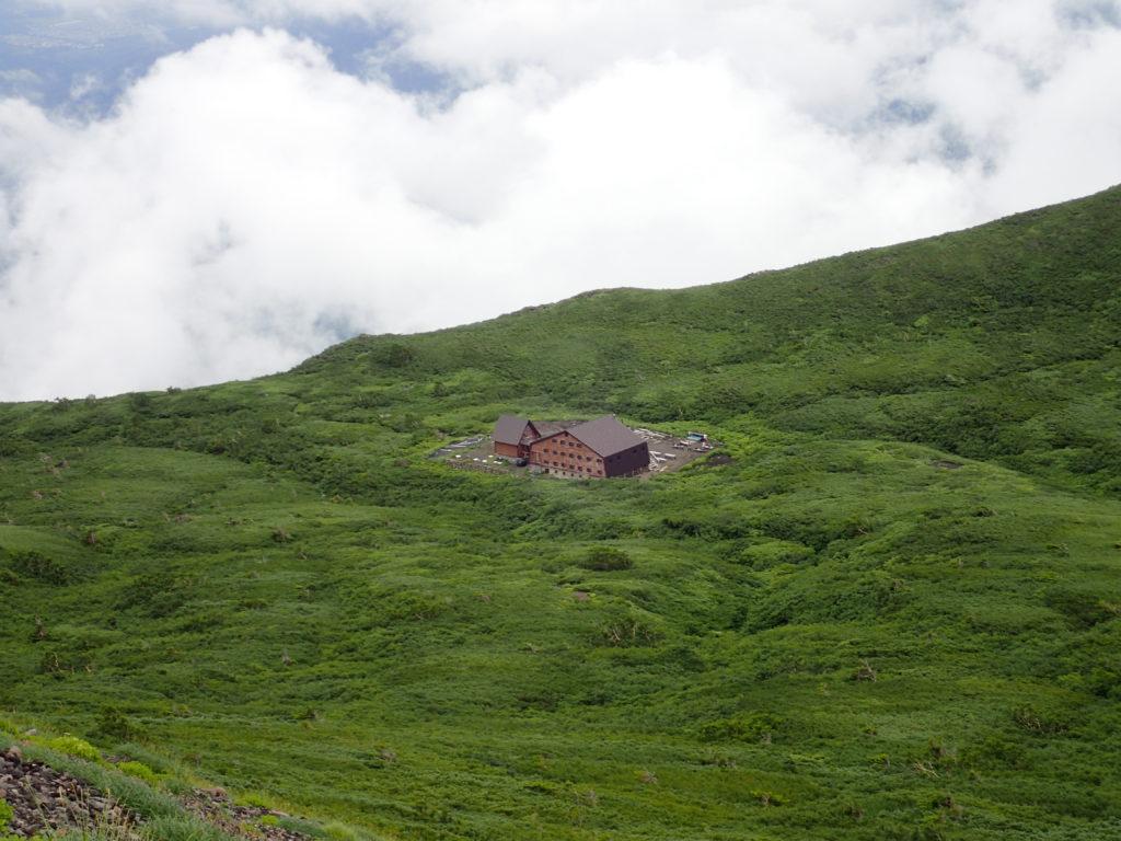 岩手山の山頂付近から見おろす8合目避難小屋