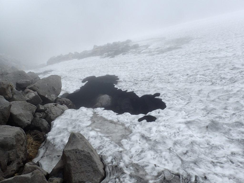 鳥海山の雪渓崩落箇所