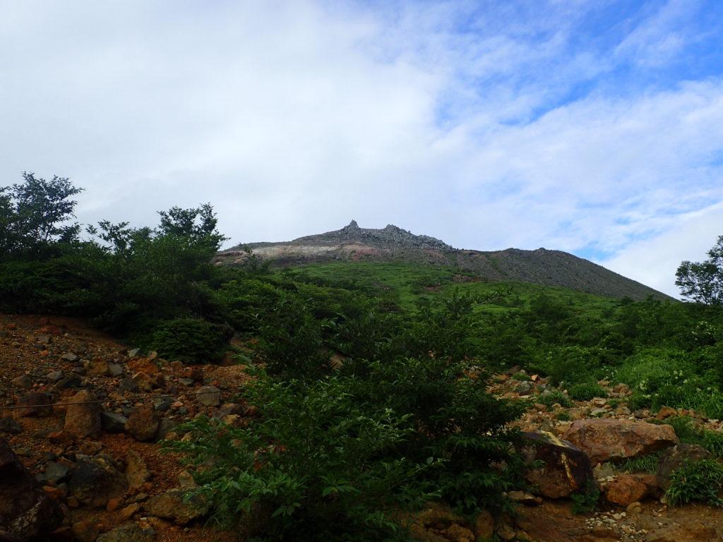 那須岳の峠の茶屋ルートから見上げる茶臼岳