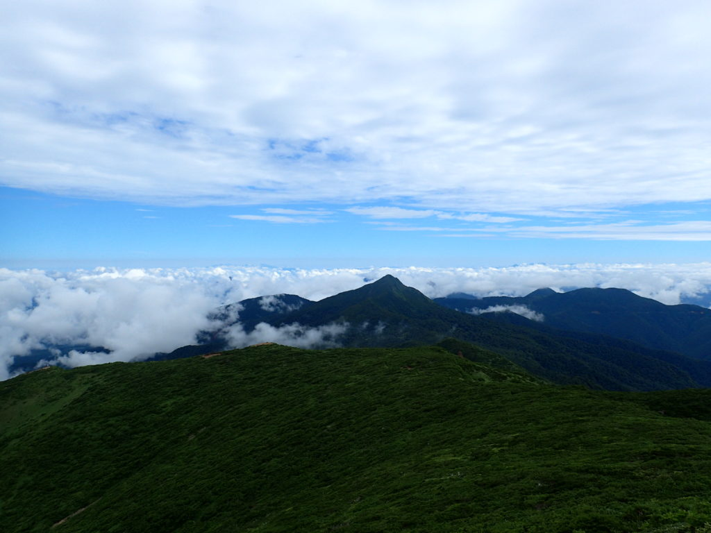 那須岳の三本槍岳からみる旭岳